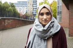 Stående av den brittiska muslimska kvinnan i stads- miljö Royaltyfria Bilder