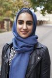 Stående av den brittiska muslimska kvinnan i stads- miljö Royaltyfri Bild