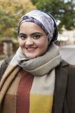 Stående av den brittiska muslimska kvinnan i stads- miljö Arkivbild