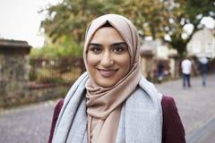 Stående av den brittiska muslimska kvinnan i stads- miljö Royaltyfria Foton