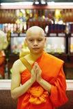 Stående av den buddistiska munken i temble i Bangkok, Thailand, asiat arkivfoto