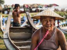 Stående av den Burmese båtuthyraren i Amarapura, Mandalay, Myanmar Royaltyfri Bild