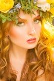 Stående av den caucasian kvinnan med blommor på hår Royaltyfria Bilder