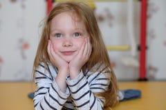 Stående av den caucasian lilla flickan fotografering för bildbyråer