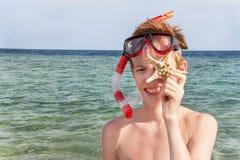 Stående av den caucasian pojken på stranden med att snorkla maskeringen och royaltyfri bild