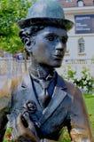 Stående av den Charlie Chaplin statyn i Vevey i solen fotografering för bildbyråer