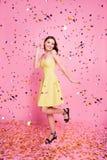 Stående av den charmiga dansen som skrattar ladyonrosa färgbakgrund Royaltyfri Foto