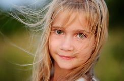 Stående av den charmiga flickan av 9-10 år Arkivfoton