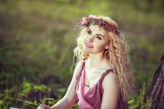 Stående av den charmiga flickan i en drömlik felik klänning Arkivfoto