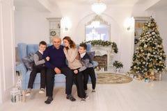 Stående av den charmiga och exemplariska familjen och att att bry sig föräldrar och ch royaltyfri foto