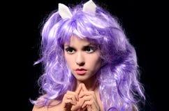 Stående av den cosplay flickan i purpurfärgad peruk royaltyfria foton