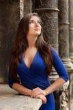 Stående av den eleganta flickan i en blå klänning Arkivfoto