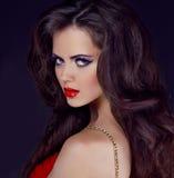 Stående av den eleganta kvinnan med röda kanter fotografering för bildbyråer