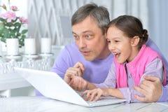 Stående av den emotionella fadern med den lilla dottern arkivbilder
