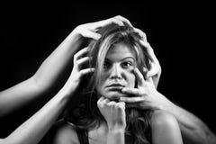 Stående av den emotionella unga kvinnan Royaltyfri Fotografi