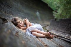 Stående av den förskräckta lilla flickan i skog arkivbild