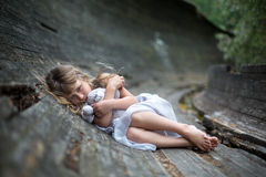 Stående av den förskräckta lilla flickan i skog royaltyfri bild