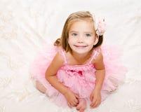 Stående av den förtjusande le lilla flickan i prinsessaklänning Royaltyfri Foto