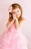 Stående av den förtjusande le lilla flickan i prinsessaklänning arkivbilder