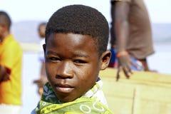 Stående av den förtjusande unga lyckliga pojken royaltyfria foton