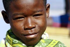 Stående av den förtjusande unga lyckliga pojken arkivbild