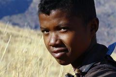 Stående av den förtjusande unga lyckliga pojken - afrikanskt fattigt barn royaltyfria foton