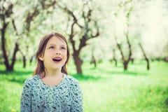 Stående av den förvånade härliga lilla flickan med öppen-skvallrat arkivfoton