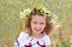 Stående av den fantastiska lilla flickan i ukrainsk traditionell skjorta Arkivfoto