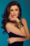 Stående av den fantastiska unga brunettkvinnan med långt se för hår Arkivfoton