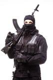 Stående av den farliga banditen i svart bärande balaclava- och innehavvapen i hand fotografering för bildbyråer