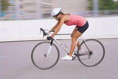 Stående av den fartfyllda cyklistkvinnan i rörelse Arkivfoton