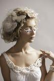 Stående av den felika kvinnan för härlig fantasi i vit Arkivfoton