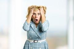 Stående av den frustrerade mogna kvinnan Royaltyfri Bild