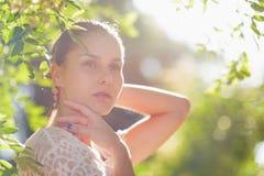 Stående av den fundersama unga kvinnan i skog Royaltyfria Foton