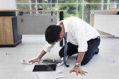 Stående av den funktionsdugliga mannen 20-30 år Stressad Yong affärsman arkivfoton
