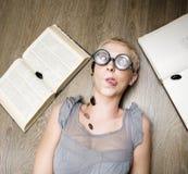 Stående av den galna studenten i exponeringsglas med böcker och kackerlackor Royaltyfria Foton