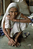 Stående av den gamla kvinnan i traditionell klänning Royaltyfria Foton