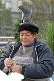 Stående av den gamla kvinnan med duvan på hennes huvud Fotografering för Bildbyråer