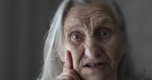 Stående av den gamla kvinnan med träffande berättelse för grått hår arkivfilmer