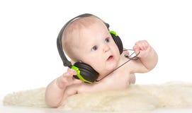 Stående av den gammala pojken för 6 månad med hörlurar Arkivfoton
