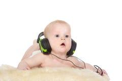 Stående av den gammala pojken för 6 månad med hörlurar Royaltyfri Foto