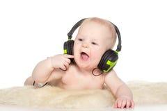 Stående av den gammala pojken för 6 månad med hörlurar Royaltyfri Bild