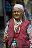 Stående av den gammala tibetana kvinnan Royaltyfri Fotografi