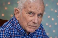 Stående av den gammalare mannen som slitage den ljusa blåa skjortan Royaltyfri Fotografi