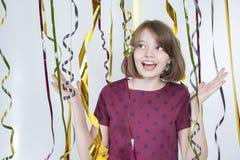 Stående av den glade flickan bland mångfärgade band Arkivbilder