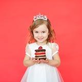 Stående av den glade lilla flickan med kakan som firar hennes födelsedag Arkivfoto