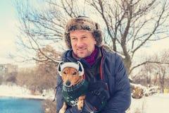 Stående av den glade mannen och den lilla hunden Fotografering för Bildbyråer