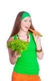 Stående av den gladlynt kvinnan som äter morötter Fotografering för Bildbyråer