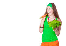Stående av den gladlynt kvinnan som äter morötter Arkivbild
