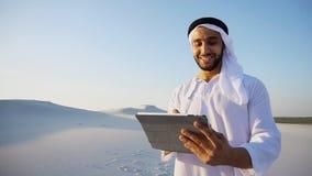 Stående av den gladlynta arabiska turisten, som skrivar ut anmärkningar på grejen, st Fotografering för Bildbyråer
